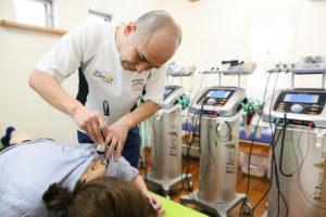 高額の微弱電流治療器エレサスを3台も導入