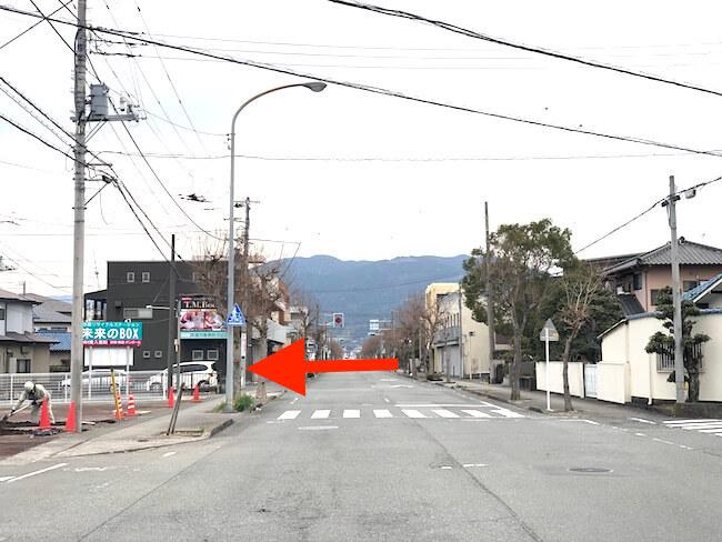 静銀、郵便局、富士宮信金を過ぎた左手に大きな看板が見えます。