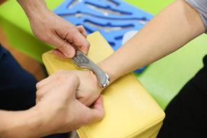特殊な器具で素早く筋膜の癒着を解放