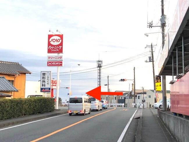 クリーニング店のある交差点で左折し、新幹線駅前通りに入る。